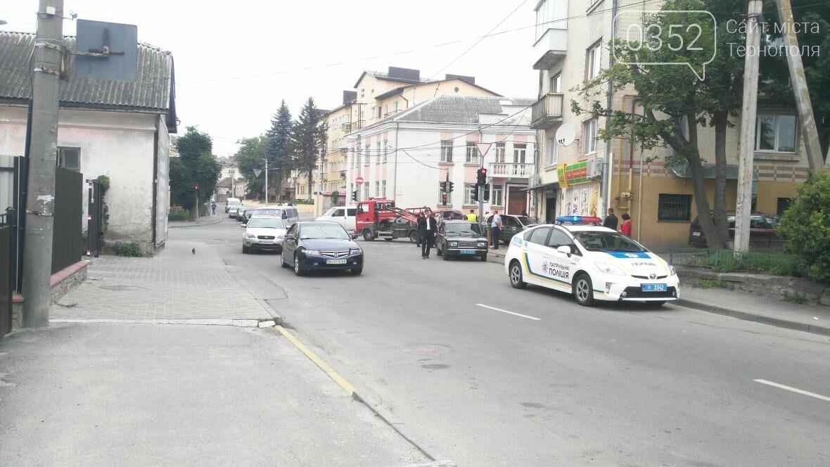 У центрі Тернополя автомобіль в'їхав у продуктовий магазин (фото), фото-1