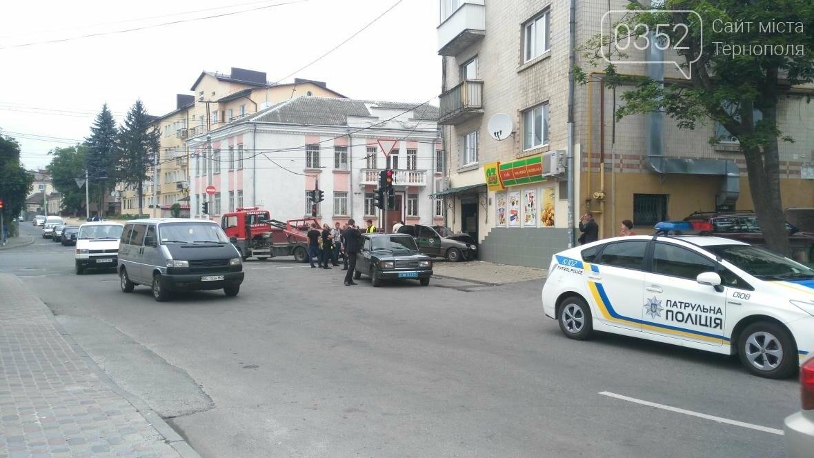 У центрі Тернополя автомобіль в'їхав у продуктовий магазин (фото), фото-2