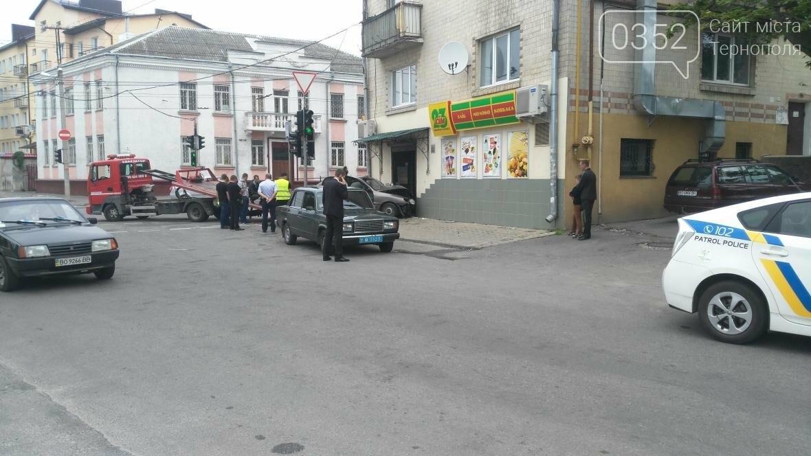 У центрі Тернополя автомобіль в'їхав у продуктовий магазин (фото), фото-3