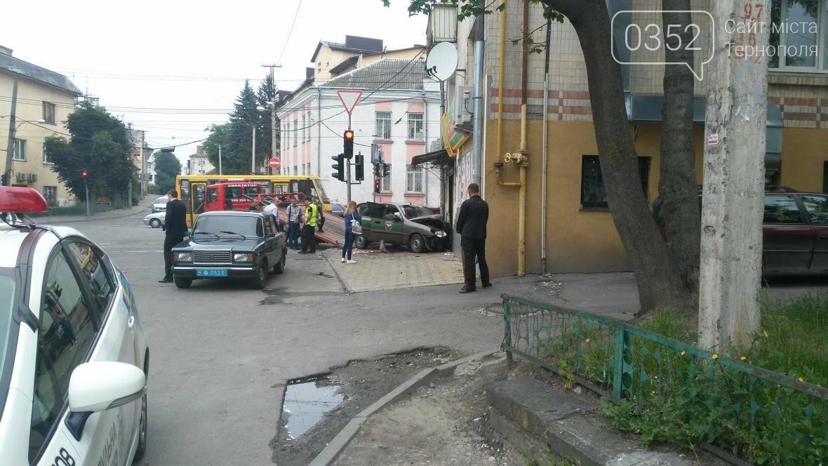 У центрі Тернополя автомобіль в'їхав у продуктовий магазин (фото), фото-4