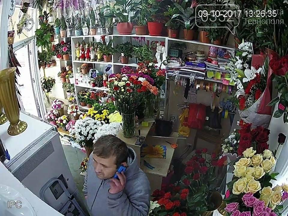 У Тернополі розшукують злодія, який обікрав квітковий магазин (фото, відео), фото-2