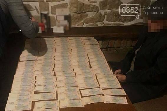 У Тернополі в ресторані на хабарі 400 тисяч гривень затримали двох податківців (фото), фото-1