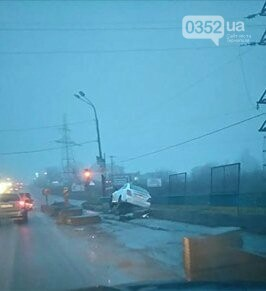 У Тернополі на Гаївському перехресті автомобіль злетів з дороги (ФОТО+ВІДЕО), фото-1
