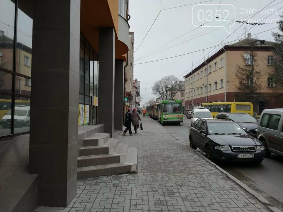 Через зупинку тролейбусів у центрі Тернополя формуються величезні затори (ФОТО), фото-1