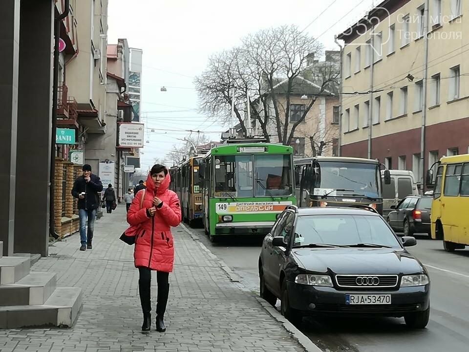 Через зупинку тролейбусів у центрі Тернополя формуються величезні затори (ФОТО), фото-4