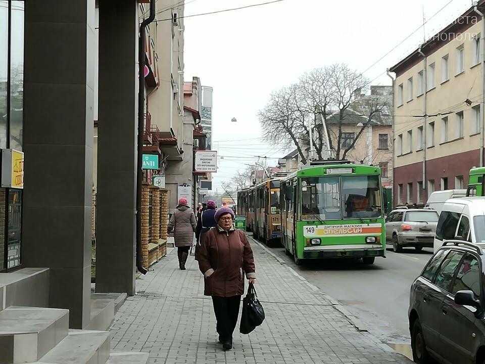 Через зупинку тролейбусів у центрі Тернополя формуються величезні затори (ФОТО), фото-2