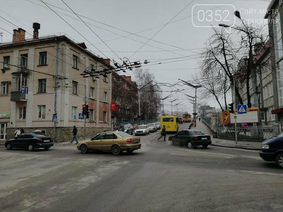 Через зупинку тролейбусів у центрі Тернополя формуються величезні затори (ФОТО), фото-6