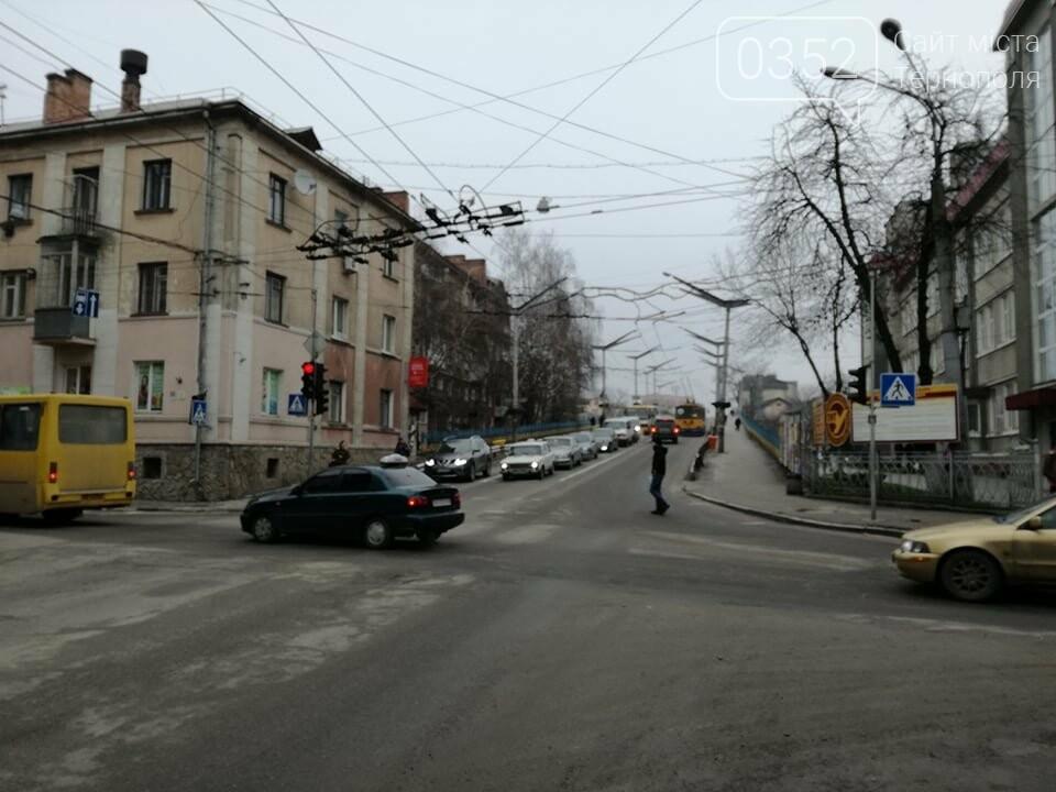Через зупинку тролейбусів у центрі Тернополя формуються величезні затори (ФОТО), фото-7