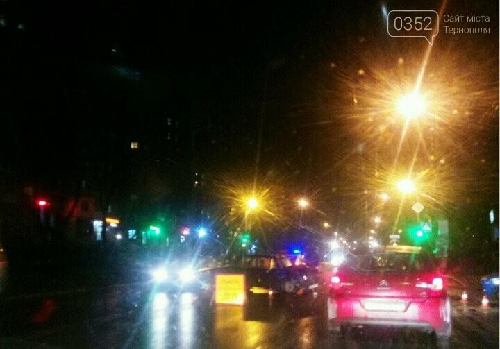 У Тернополі на Злуки два автомобілі не змогли поділити дорогу (фото), фото-1