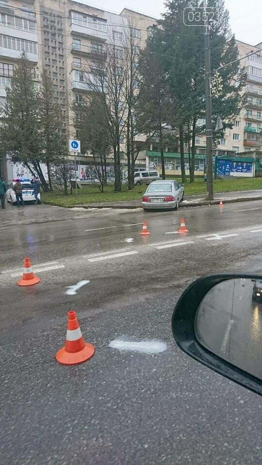 У Тернополі на Степана Бандери ДТП: одна із автівок вилетіла на тротуар (ФОТО), фото-1