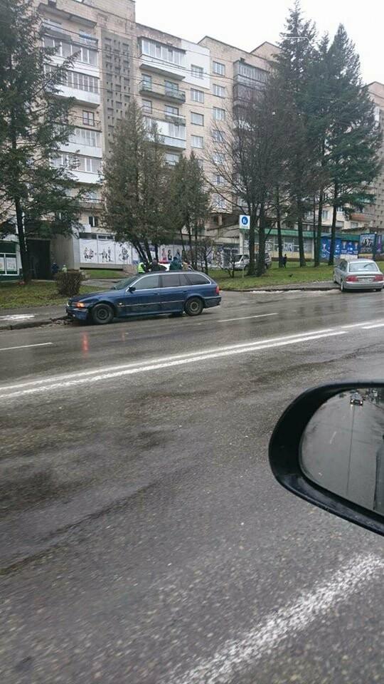 У Тернополі на Степана Бандери ДТП: одна із автівок вилетіла на тротуар (ФОТО), фото-2