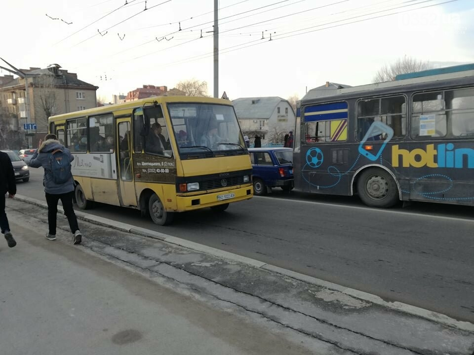 На залізничному мості у Тернополі ДТП за участі тролейбуса (ФОТО), фото-1