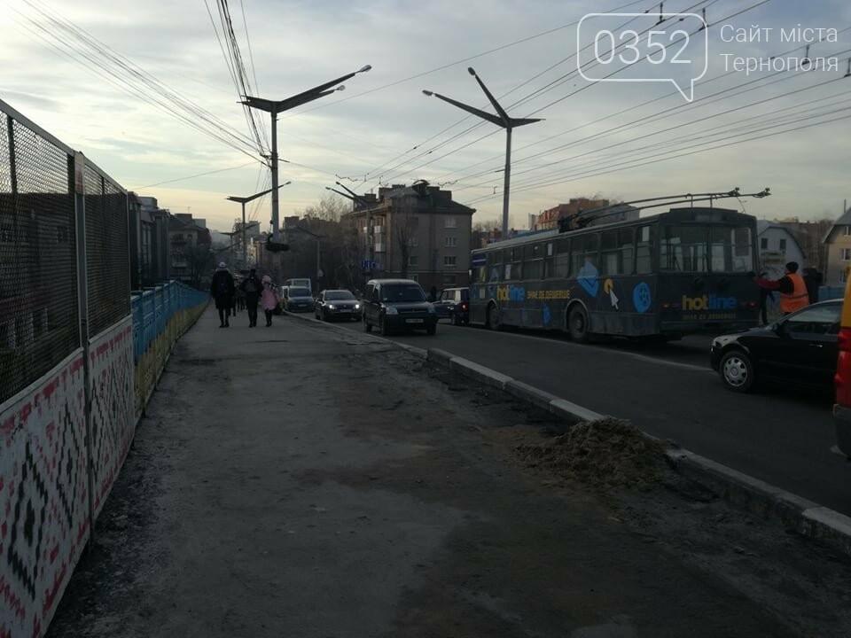 На залізничному мості у Тернополі ДТП за участі тролейбуса (ФОТО), фото-2