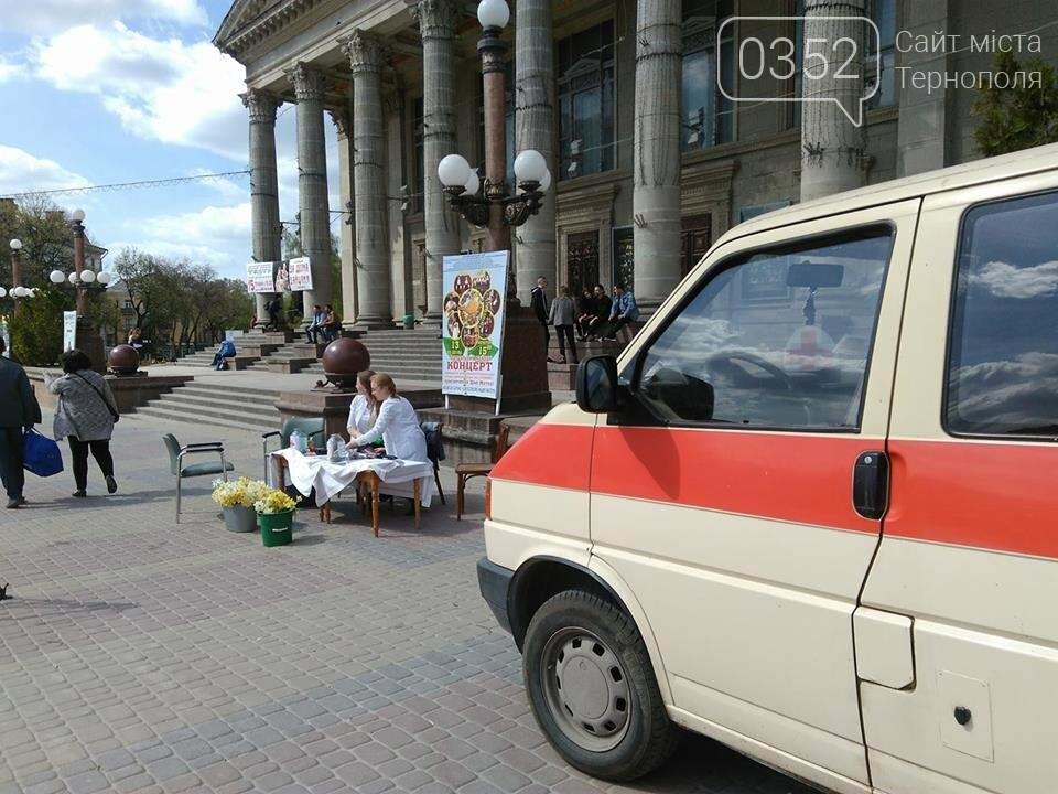 Тернополянам на Театральному майдані вимірювали тиск та робили аналіз крові (фото), фото-1
