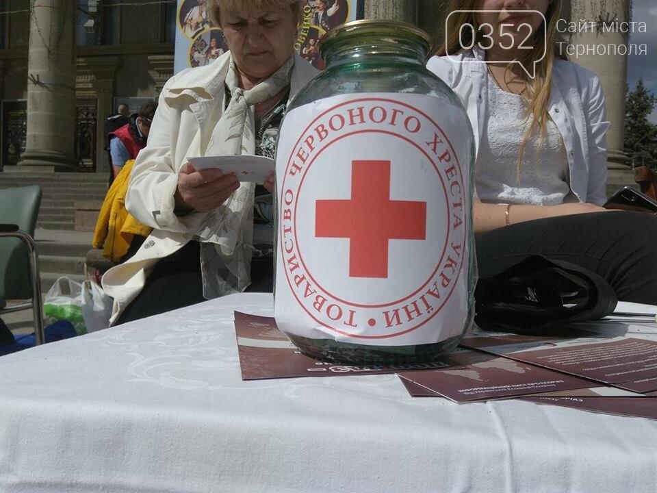 Тернополянам на Театральному майдані вимірювали тиск та робили аналіз крові (фото), фото-2