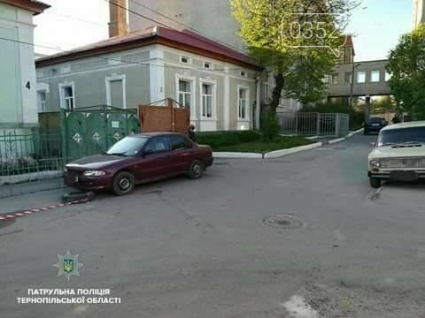 У Тернополі автомобіль, який перешкоджав руху автотранспорту, забрав евакуатор (фото), фото-1