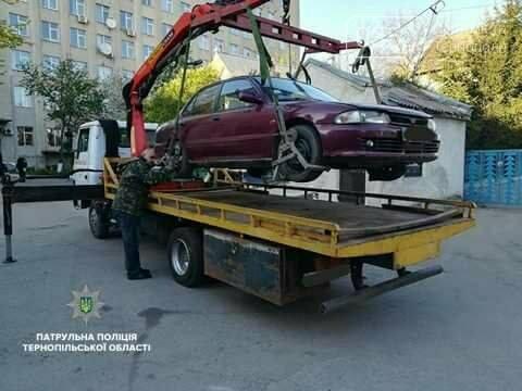 У Тернополі автомобіль, який перешкоджав руху автотранспорту, забрав евакуатор (фото), фото-2
