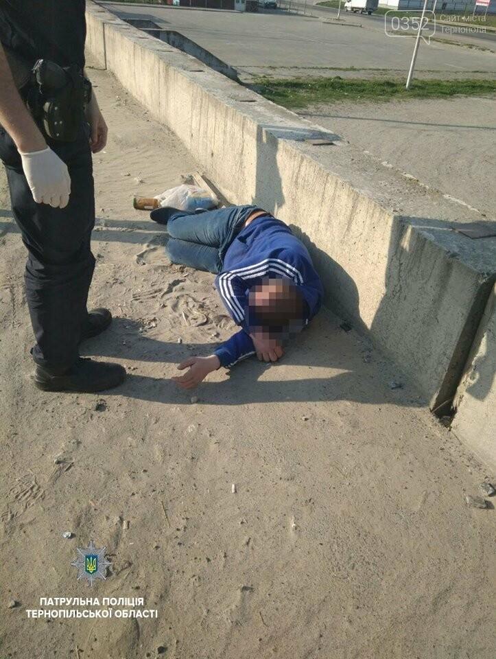 Патрульні допомогли тернополянину, який лежав просто неба й не міг підвестися (фото), фото-1
