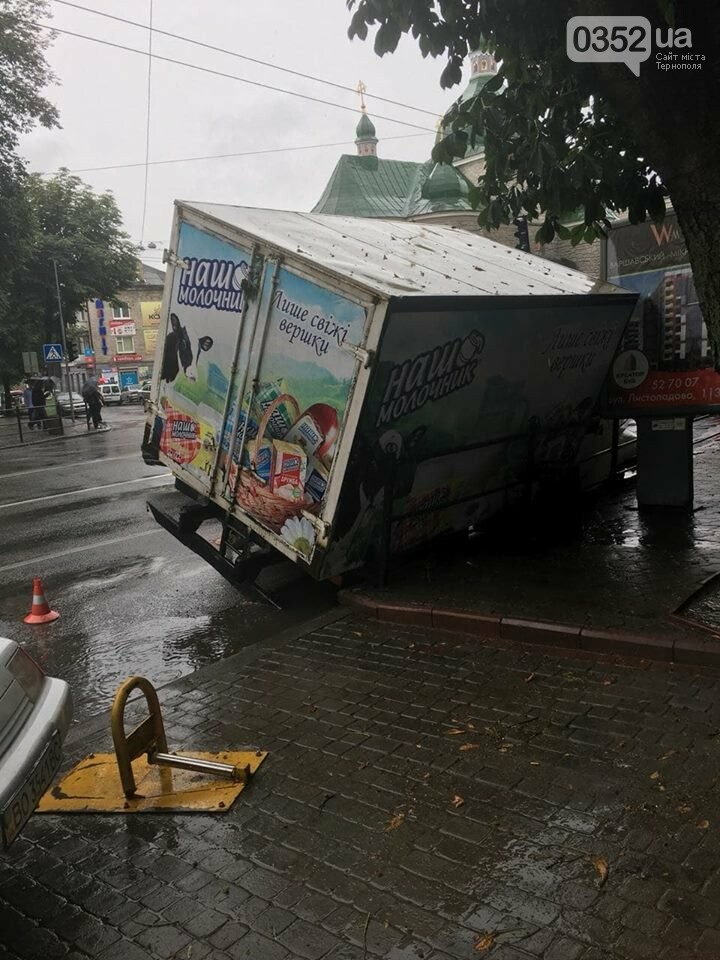 В центрі Тернополя під вантажівкою провалився асфальт (ФОТО), фото-1