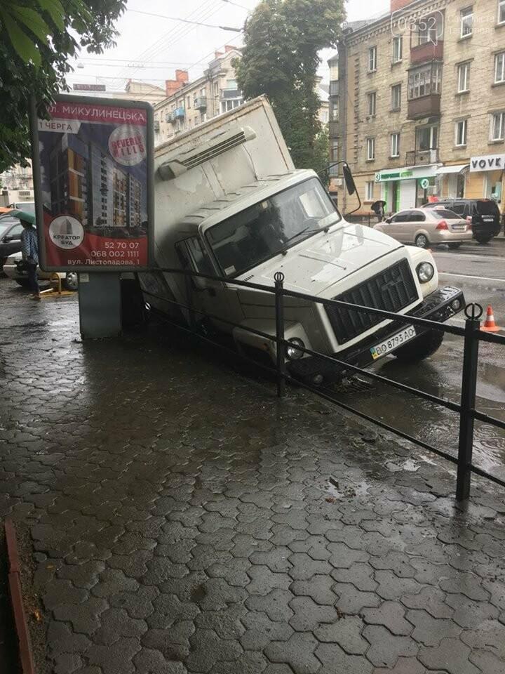 В центрі Тернополя під вантажівкою провалився асфальт (ФОТО), фото-3