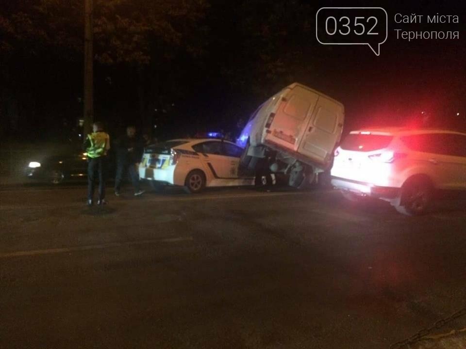 У Тернополі зіткнулися мікроавтобус та авто патрульної поліції (ФОТО+ВІДЕО), фото-1