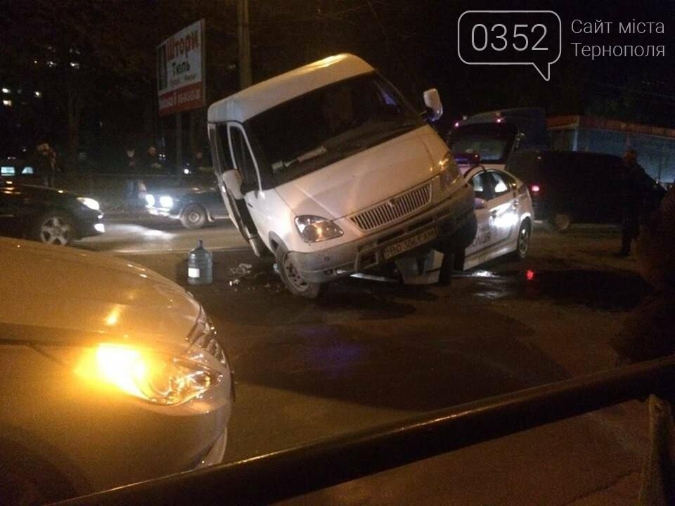 У Тернополі зіткнулися мікроавтобус та авто патрульної поліції (ФОТО+ВІДЕО), фото-2
