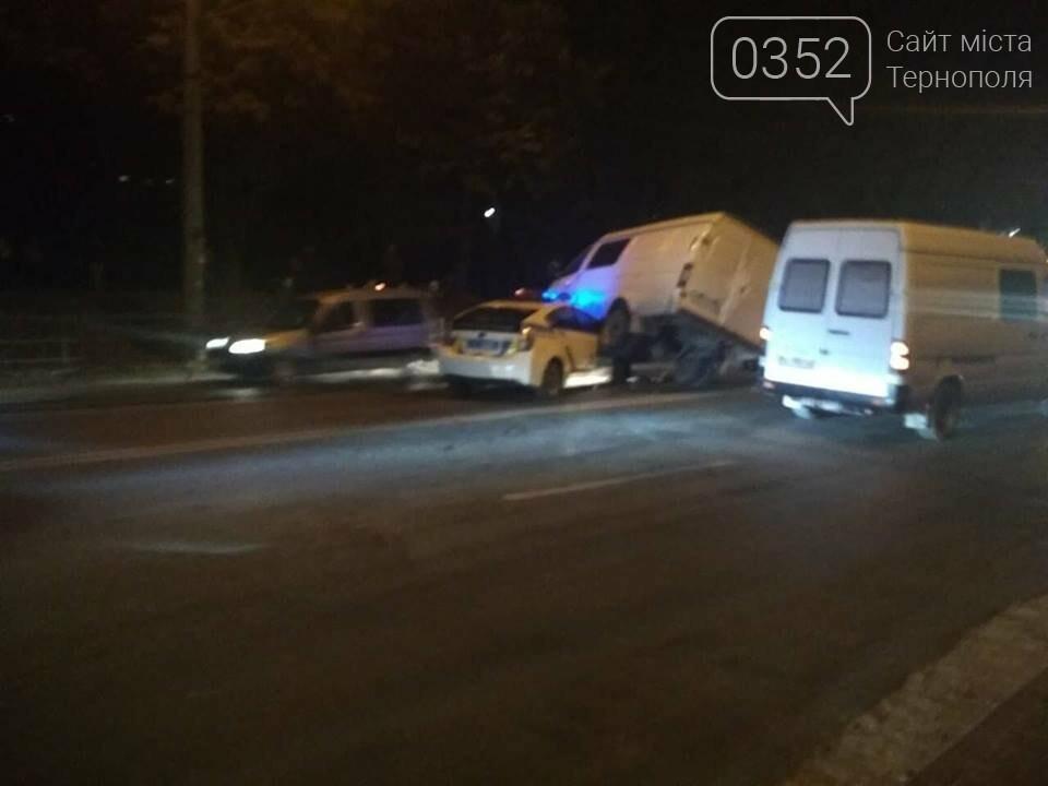 У Тернополі зіткнулися мікроавтобус та авто патрульної поліції (ФОТО+ВІДЕО), фото-3