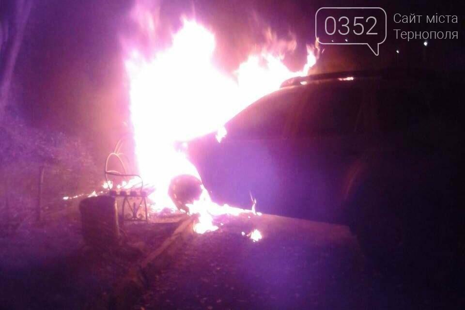 У Тернополі з невідомих причин вночі горів автомобіль (фото), фото-2