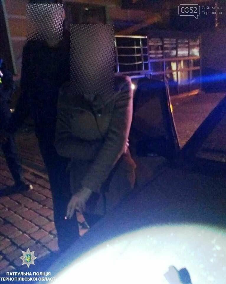 У Тернополі патрульні знайшли у пасажирки в автомобілі пістолет (фото), фото-1