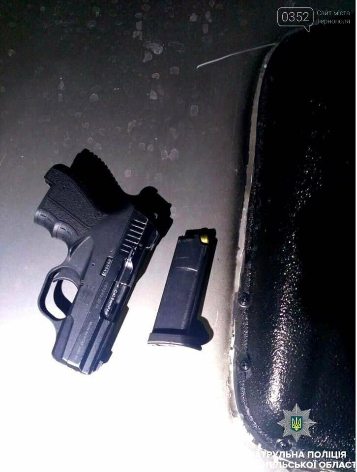 У Тернополі патрульні знайшли у пасажирки в автомобілі пістолет (фото), фото-2