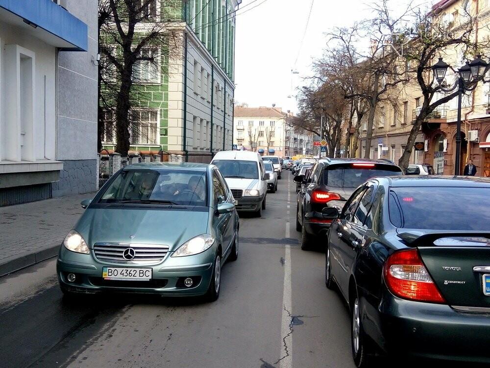 Центр Тернополя паралізовано: люди перекрили рух на трьох дорогах, протестуючи проти нових тарифів на проїзд (Фото), фото-4
