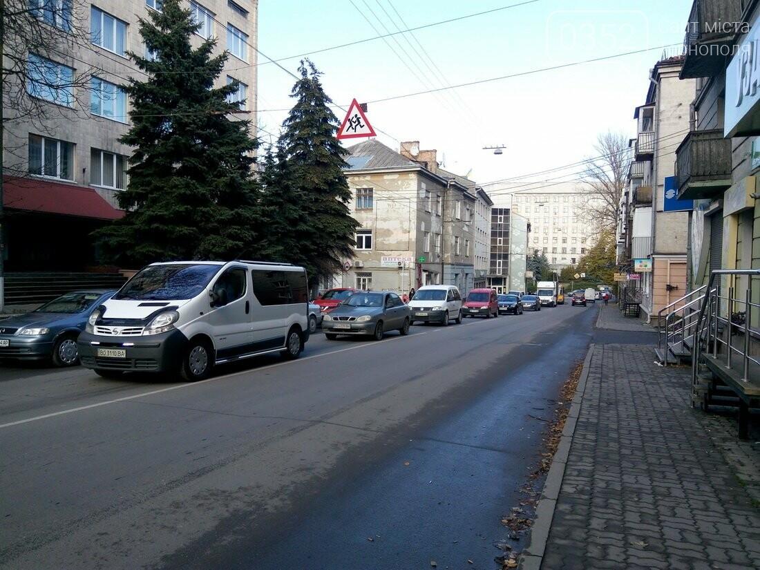 Центр Тернополя паралізовано: люди перекрили рух на трьох дорогах, протестуючи проти нових тарифів на проїзд (Фото), фото-9