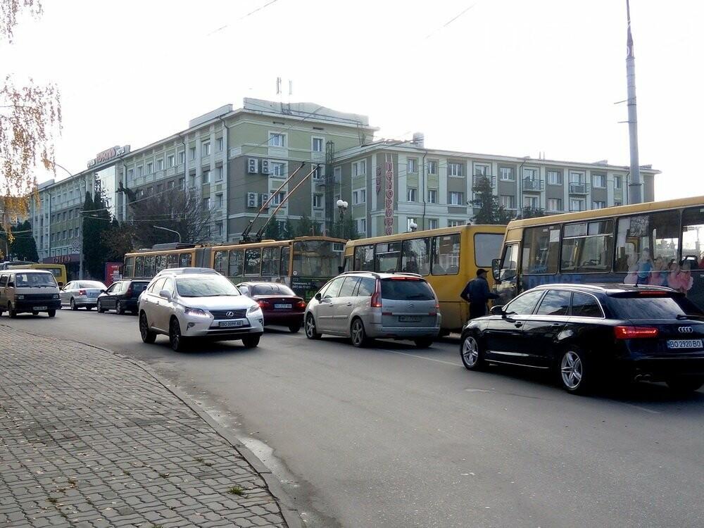 Центр Тернополя паралізовано: люди перекрили рух на трьох дорогах, протестуючи проти нових тарифів на проїзд (Фото), фото-5