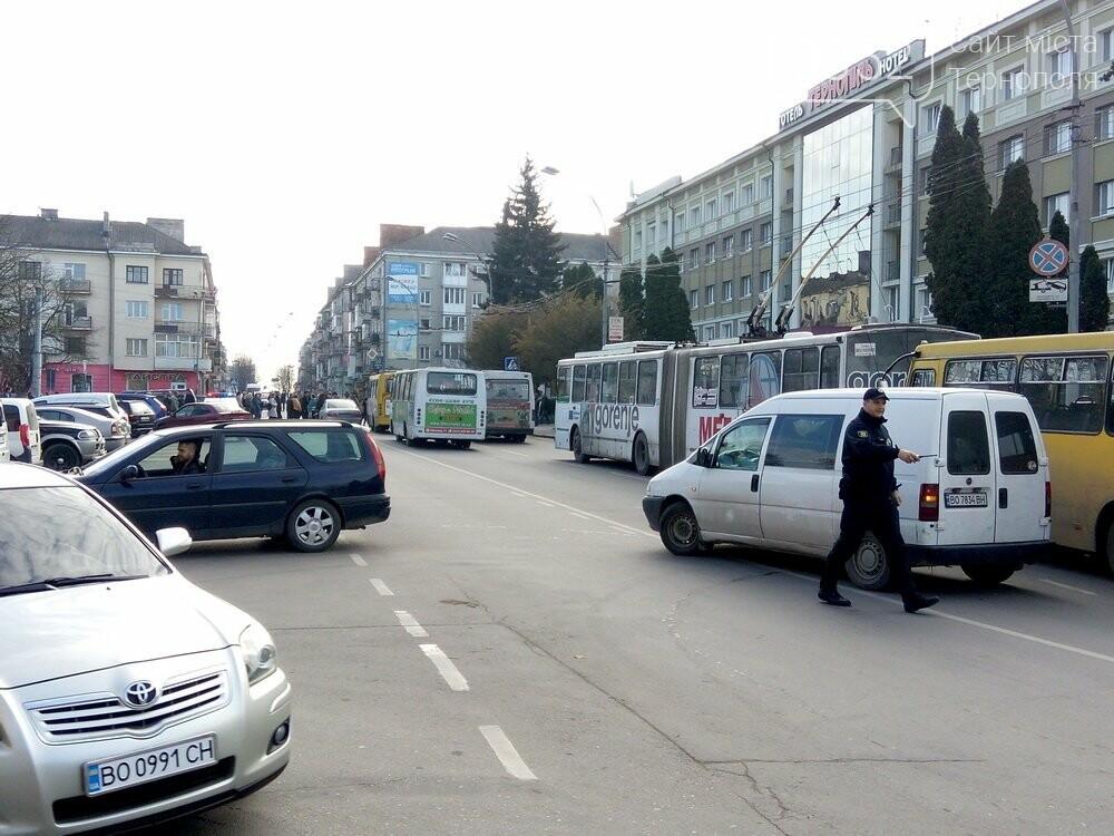 Центр Тернополя паралізовано: люди перекрили рух на трьох дорогах, протестуючи проти нових тарифів на проїзд (Фото), фото-3