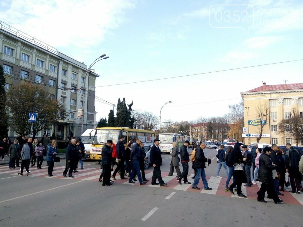 Центр Тернополя паралізовано: люди перекрили рух на трьох дорогах, протестуючи проти нових тарифів на проїзд (Фото), фото-2