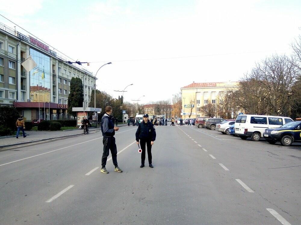 Центр Тернополя паралізовано: люди перекрили рух на трьох дорогах, протестуючи проти нових тарифів на проїзд (Фото), фото-1