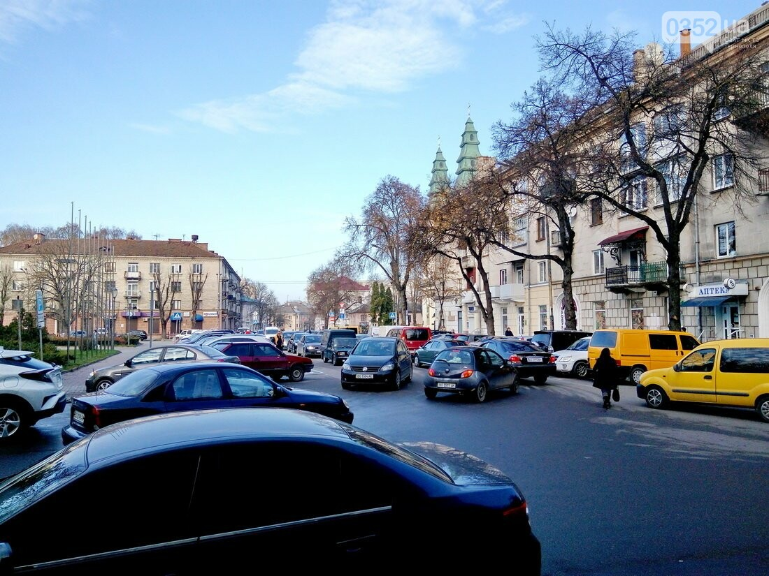 Центр Тернополя паралізовано: люди перекрили рух на трьох дорогах, протестуючи проти нових тарифів на проїзд (Фото), фото-8