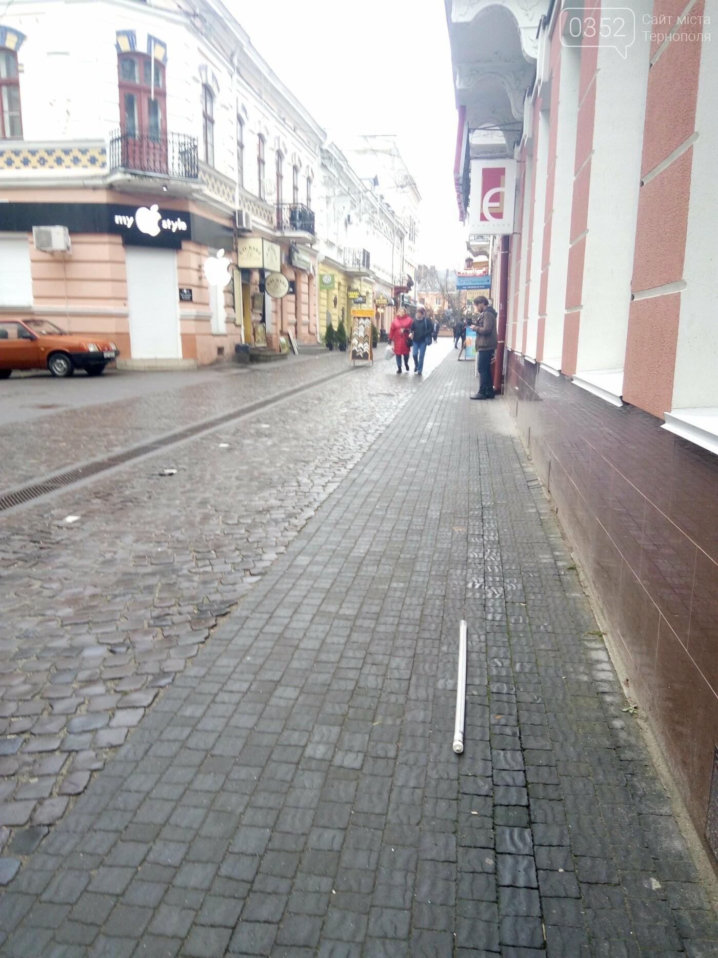Тернополянам на вул. Валовій на голову може впасти ілюмінація (фото), фото-2
