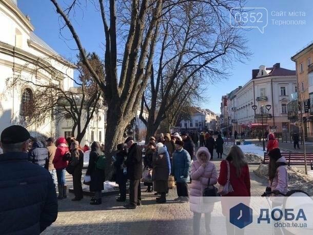 У Тернополі поблизу храмів утворилися величезні черги (фото, відео), фото-1
