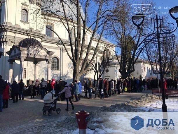 У Тернополі поблизу храмів утворилися величезні черги (фото, відео), фото-2