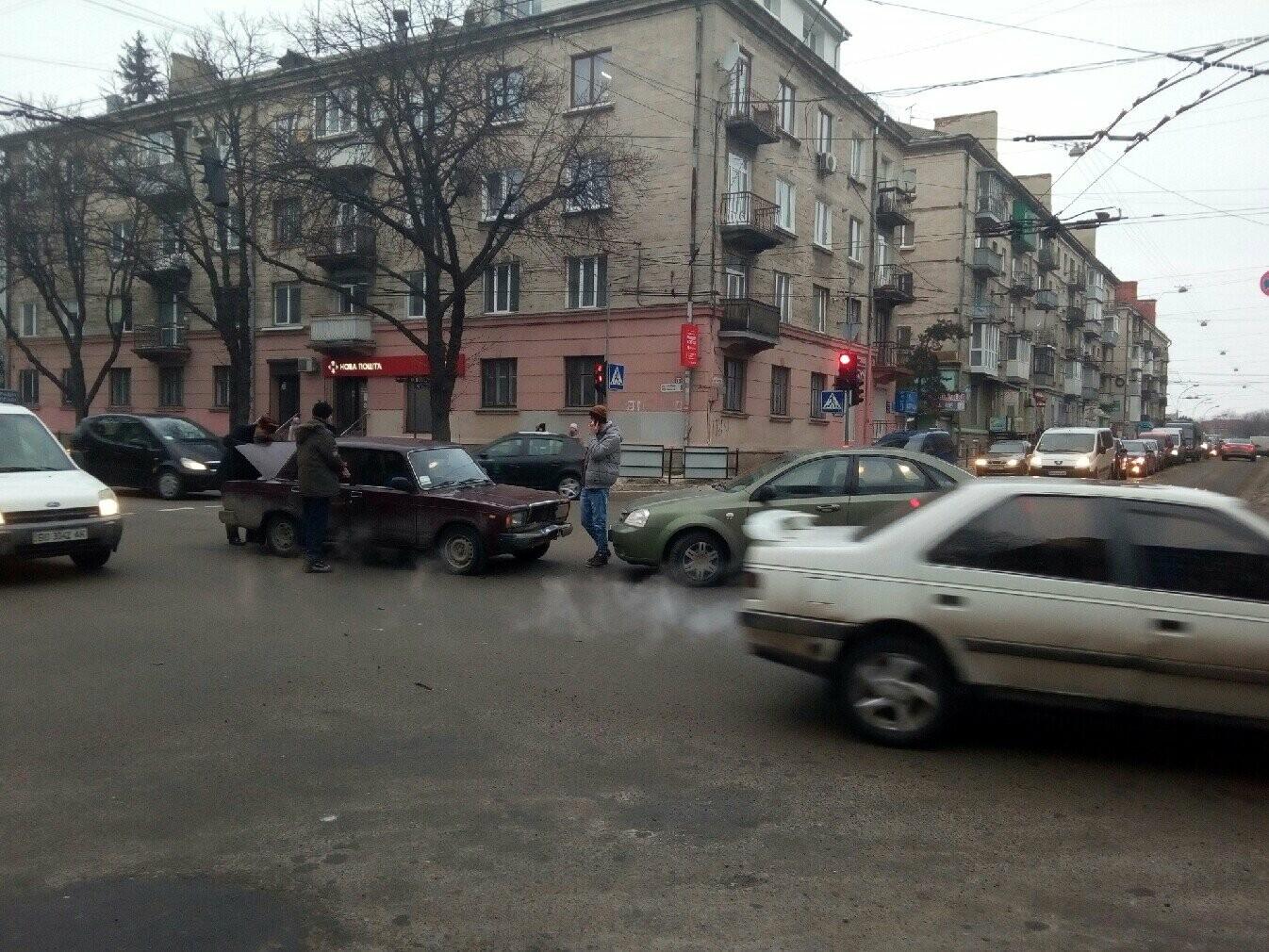 """У центрі  Тернополя ДТП: два легковика зіткнулись """"лоб в лоб"""" (ФОТО), фото-2"""