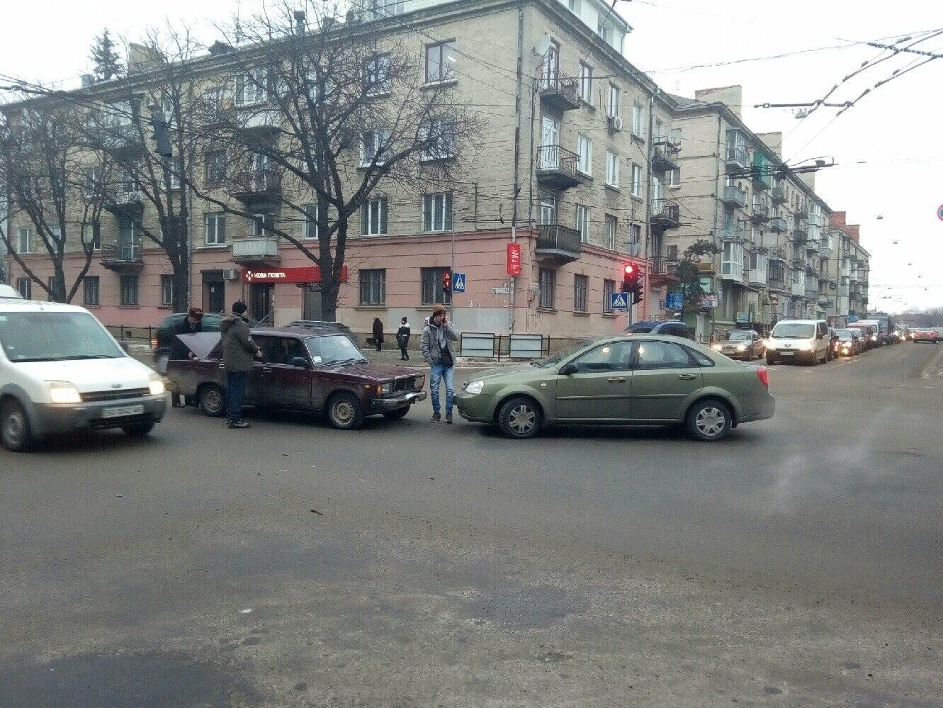 """У центрі  Тернополя ДТП: два легковика зіткнулись """"лоб в лоб"""" (ФОТО), фото-1"""