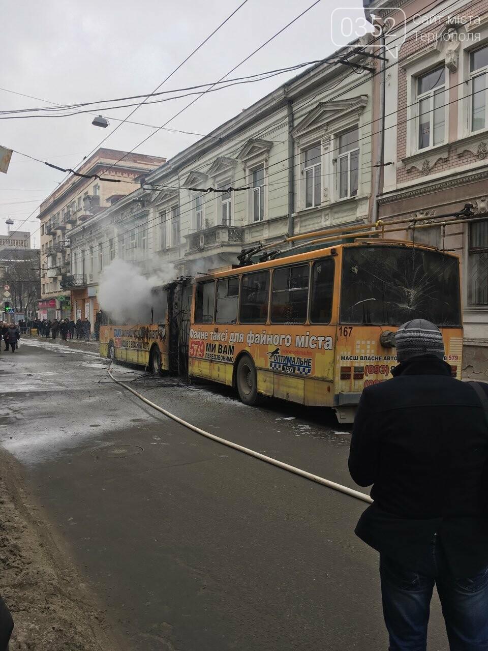 В центрі Тернополя загорівся тролейбус, прилеглі будинки вкрило густим димом (Фото, відео), фото-3