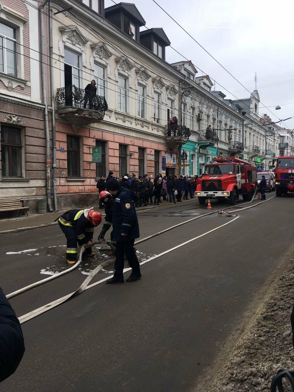 В центрі Тернополя загорівся тролейбус, прилеглі будинки вкрило густим димом (Фото, відео), фото-4