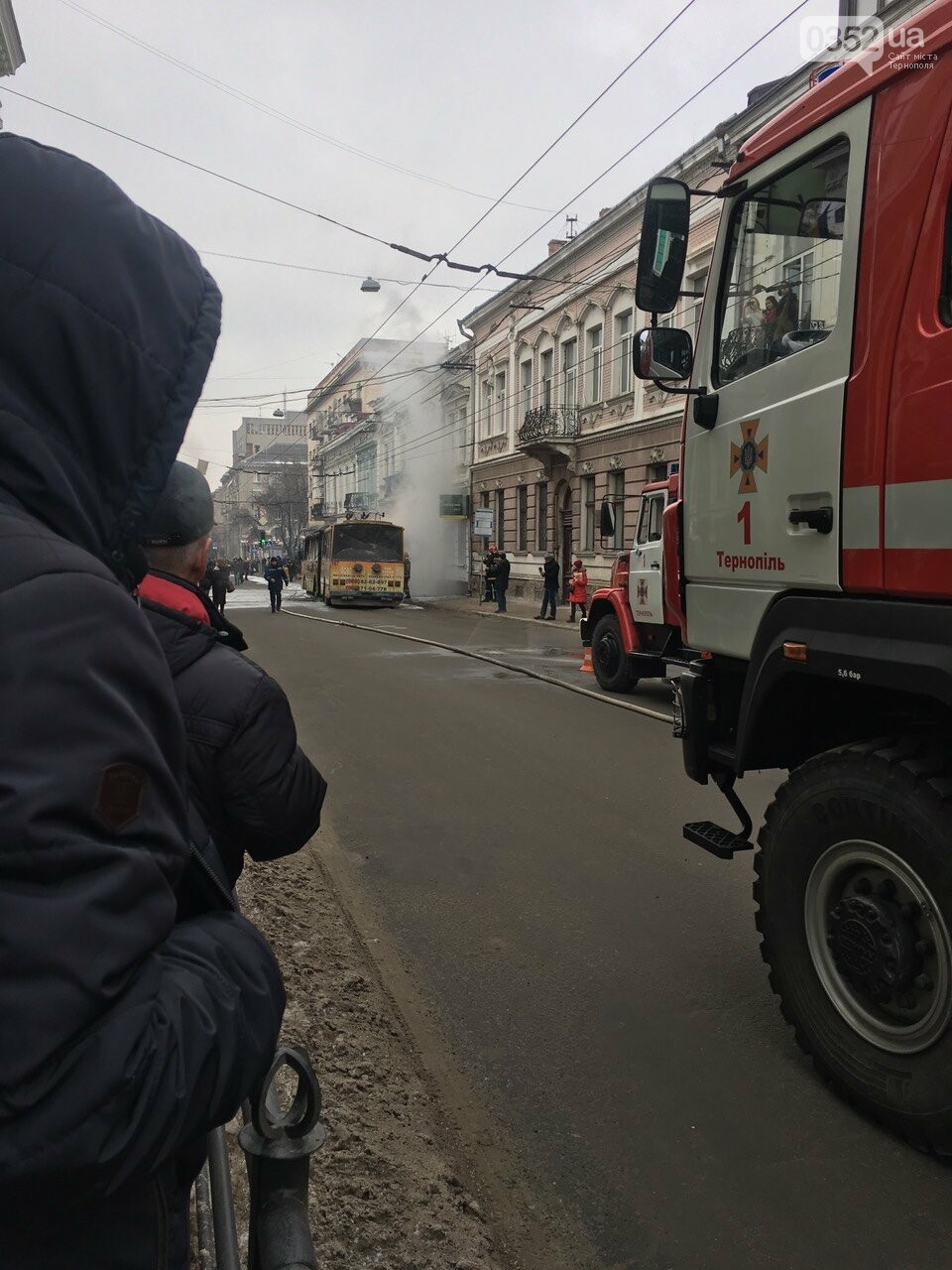 В центрі Тернополя загорівся тролейбус, прилеглі будинки вкрило густим димом (Фото, відео), фото-1