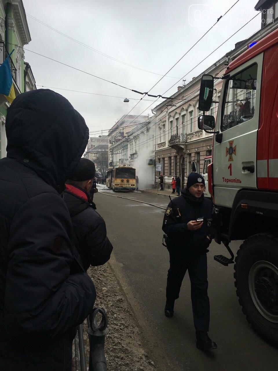 В центрі Тернополя загорівся тролейбус, прилеглі будинки вкрило густим димом (Фото, відео), фото-2
