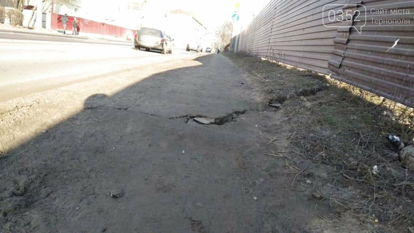 """""""В тріщину може пролізти нога"""": стан тротуару в Тернополі на Збаразькій жахає (Фото), фото-1"""