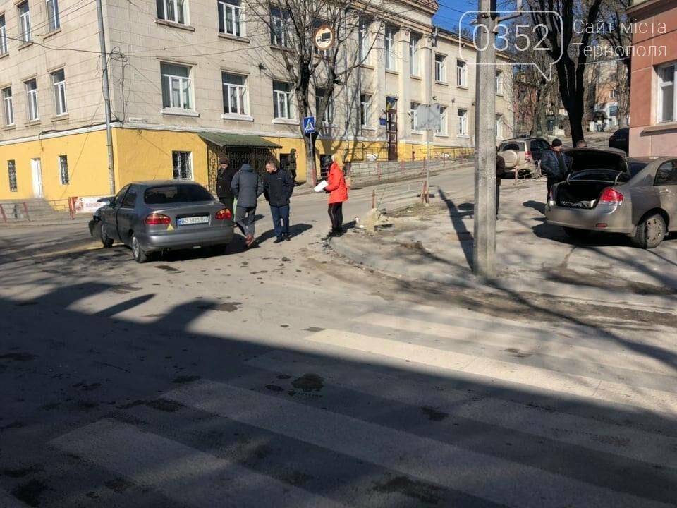 У центрі Тернополя не розминулись дві автівки, одна з них врізалась в будинок (ФОТО), фото-2