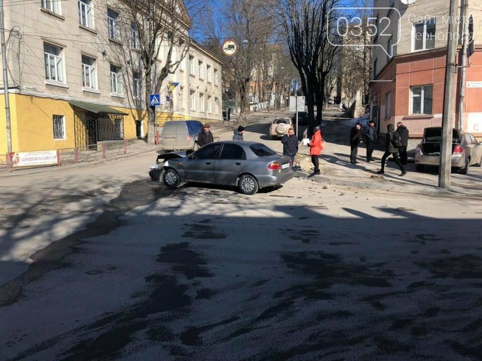 У центрі Тернополя не розминулись дві автівки, одна з них врізалась в будинок (ФОТО), фото-1