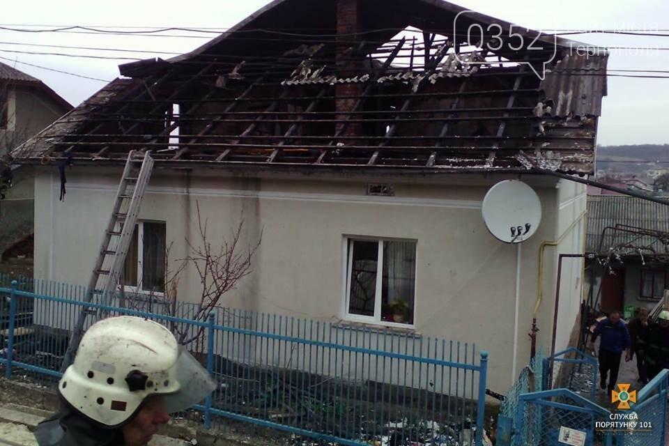 Майже дві години пожежники боролись з нищівним вогнем у двоповерховому будинку на Тернопільщині (ФОТО), фото-2